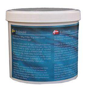 Beskrivning Räcker till 10.000 liter vatten. Fosfatstabil är ett naturligt medel som binder fosfat så det inte blir tillgängligt för algerna i dammen. Det innehåller inte några gifter. En stor del av algbildningen i dammar orsakas av ett överskott av fosfater. Fosfat är ett näringsämne som inte bryts ner i filteranläggningar. Ett överskott av fosfat är därför en stor orsak till oönskad algtillväxt. Fosfat Stabil är ett naturligt medel som har förmågan att binda fosfat så det inte blir tillgängligt för algerna i trädgårdsdammen. Slammet på botten bryts ner snabbare och du får ett klarare vatten. Dosering 50 gram / 1000 liter vatten.